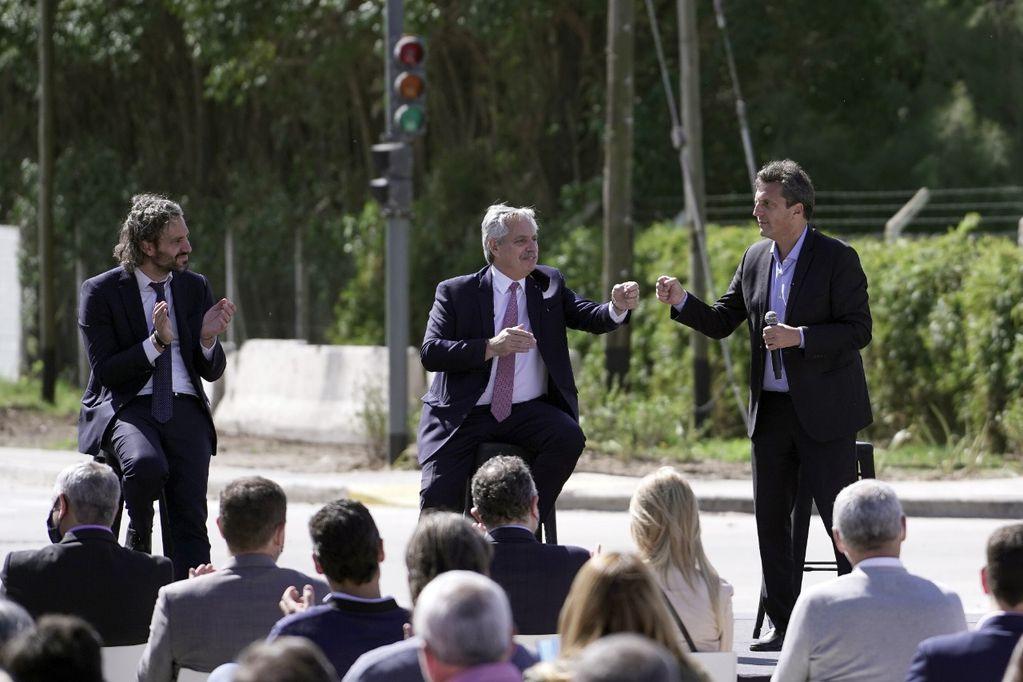 Alberto Fernandez, acompañado por Santiago Cafiero y Sergio Massa en Almirante Brown