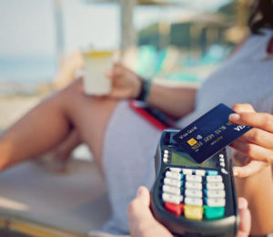 Compras con tarjeta en el extranjero un 30% más caro