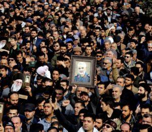 Una enorme multitud se reunió en Ahvaz para recibir el cuerpo del general Qasem Soleimani
